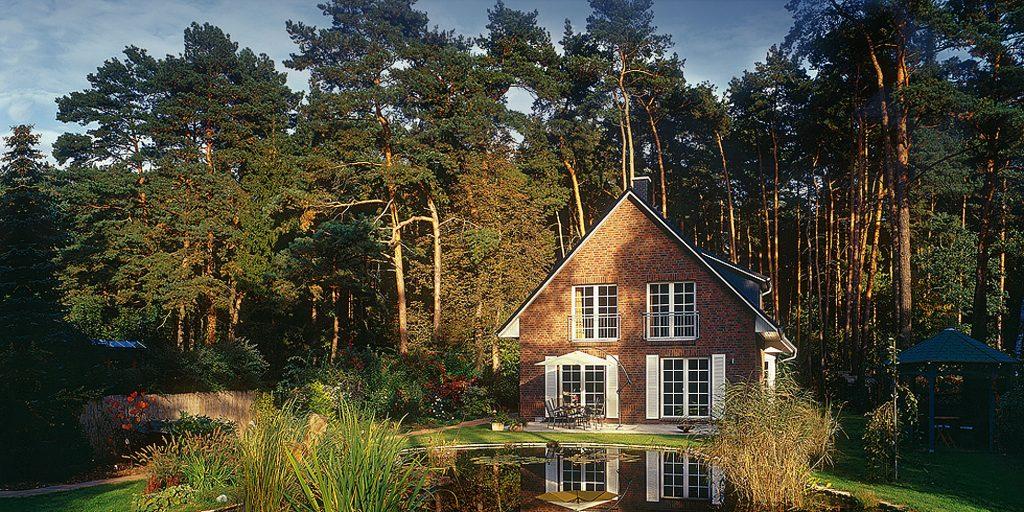Klassisches Haus K 400 mit Teich