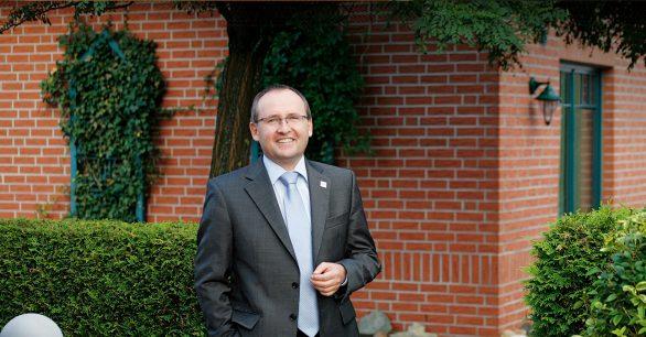 Geschäftsführer Andreas Schurig vor Haus