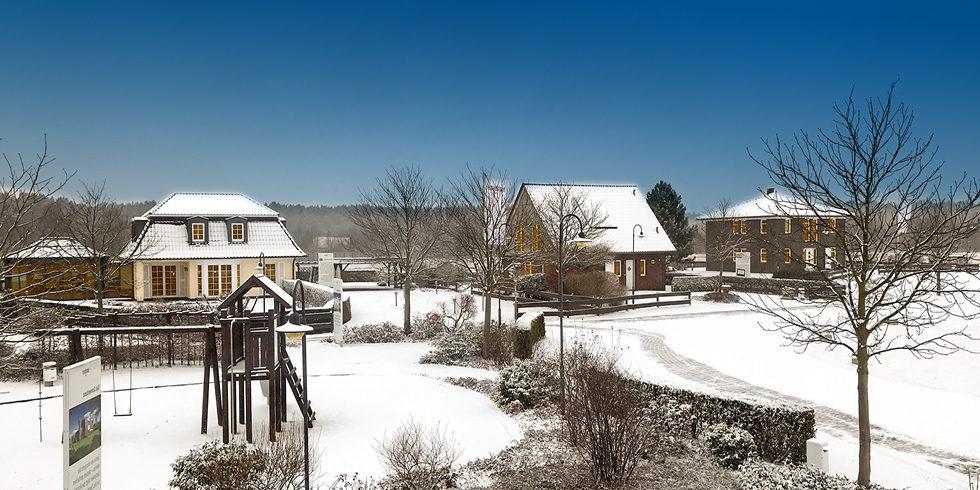 Massivhauspark Netzen im Winter mit Schnee und blauem Himmel